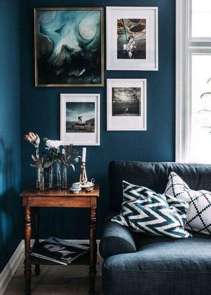 Lagdelt vægkunst i blå nuancer
