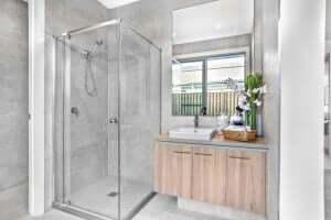eksempel på at indrette et lille badeværelse med glå farver