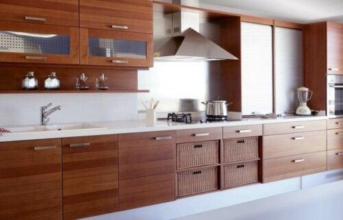 Køkken med mørke trælåger