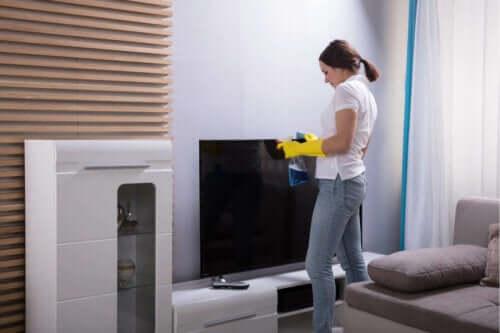 kvinde der rengør fjernsyn
