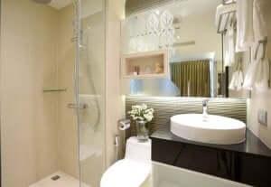 lyse farver til at indrette et lille badeværelse