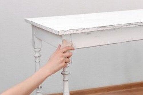 Person sliber møbel
