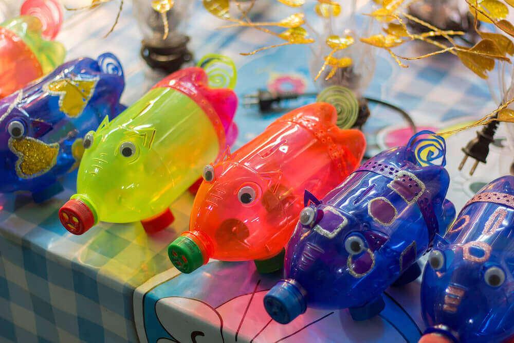 Dyr, lavet ud af genbrugte plastflasker.