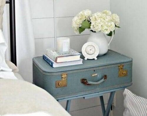 Kuffert brugt som bord