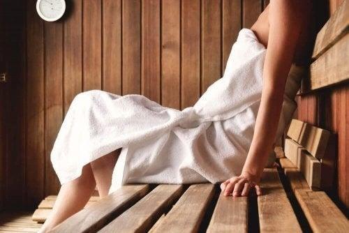 Kvinde slapper af i sauna