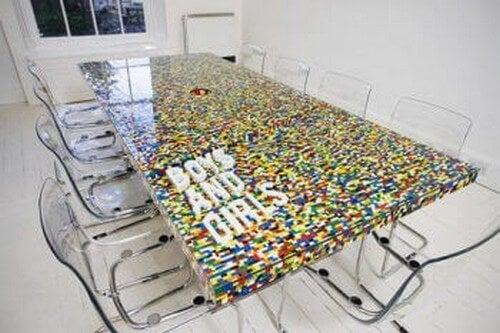 Glasbord udsmykket med LEGO
