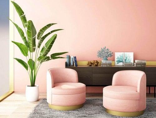 Rum med pink stole og væg