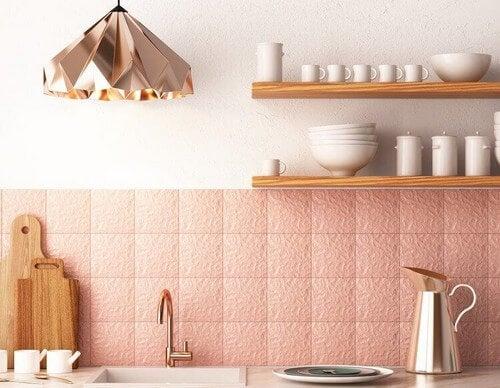 Køkken med lyserøde detaljer