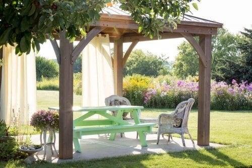 Pavillon i haven med bænk