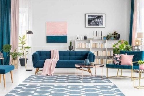 Stue med pink og blå nuancer