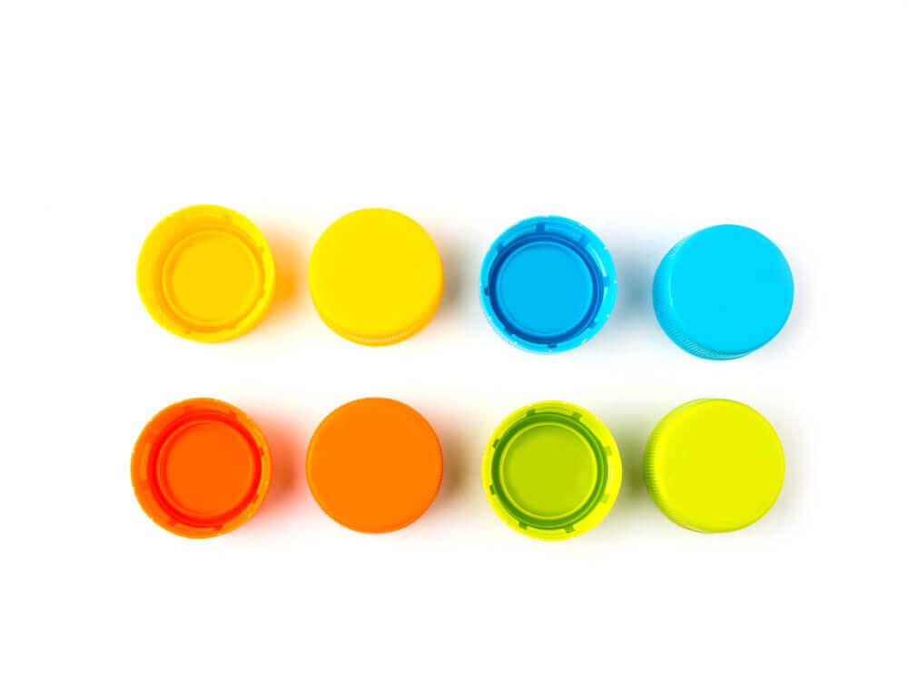 Farvestrålende låg fra plastflaske.
