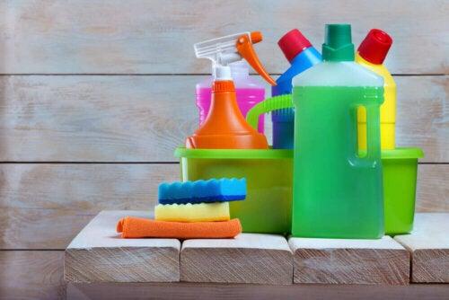 rengøringsprodukter til et skinnende rent badeværelse