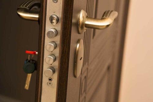 sikkerhedsdøre med omfattende låsesystem