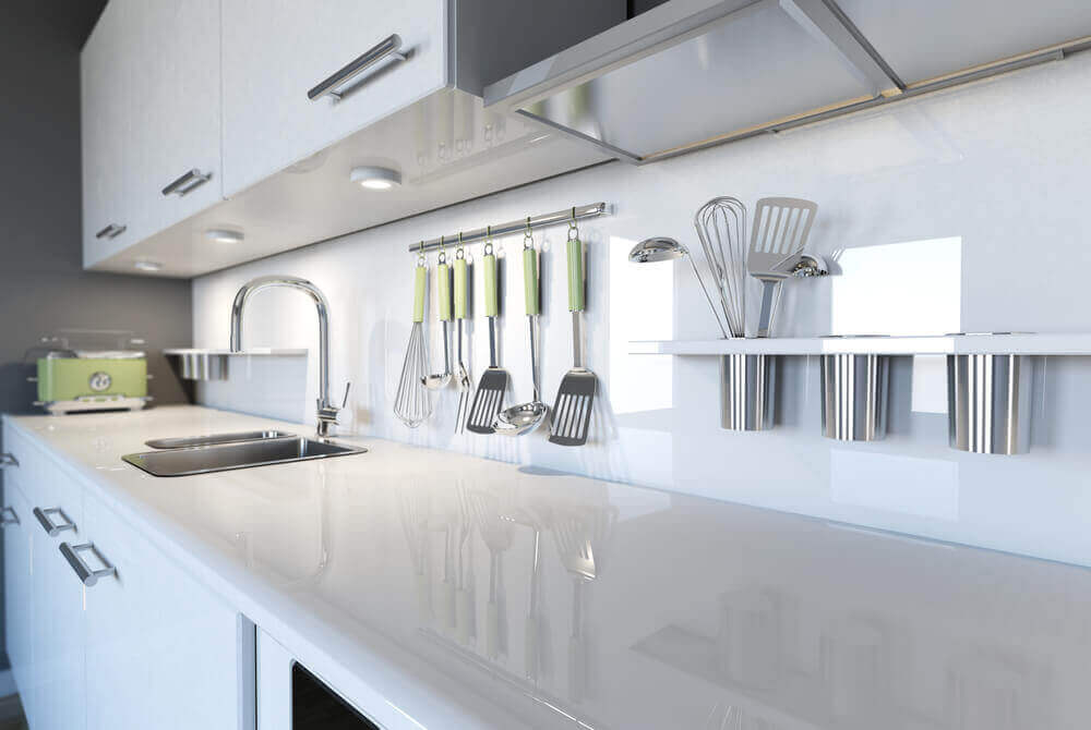 Skinnende rent, hvidt køkken