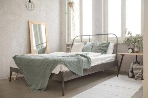 soveværelse med metalseng
