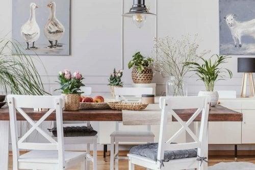 Rustikke borde til at skabe en hyggelig indretning
