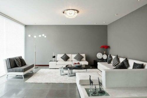 stue i hvid og grå