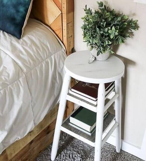 En simpel taburet som natbord