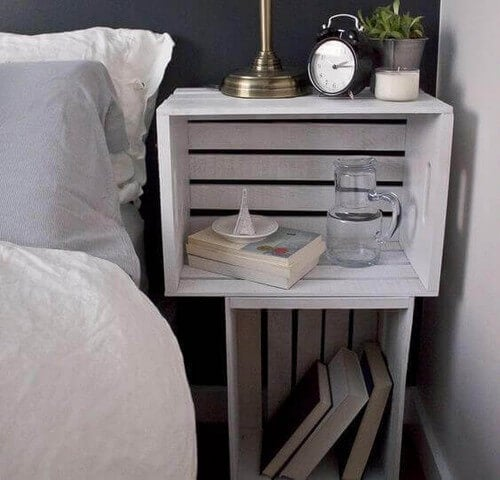 Hvid trækasse som natbord