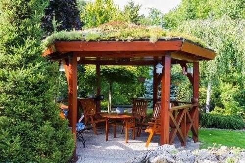 Træpavillon med bord og stole