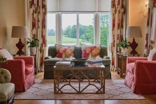 En stue med blomstrede mønstre