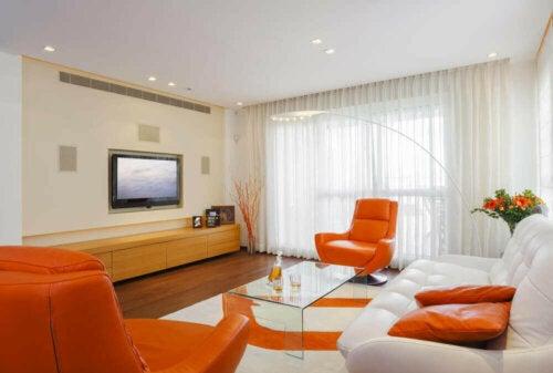 indretning med orange i stue