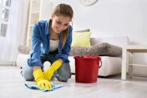 kvinde der vasker gulv