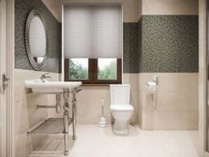 badeværelse med højglansfliser og keramik