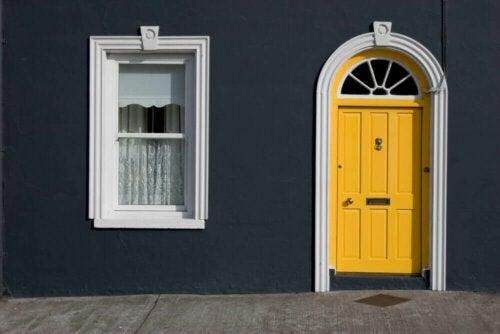 sort er en af de mest trendy farver til dit hjems ydre