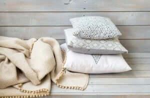 tæppe og puder