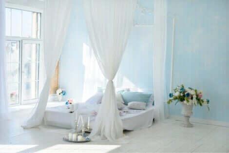 soveværelse med baldakinseng