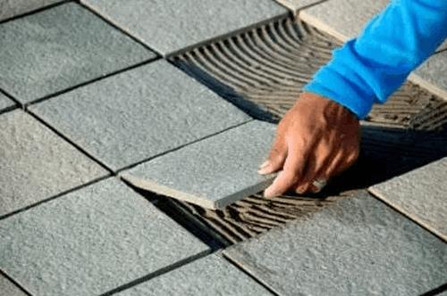 Ujævne keramikfliser til at skabe gulve i rustik stil