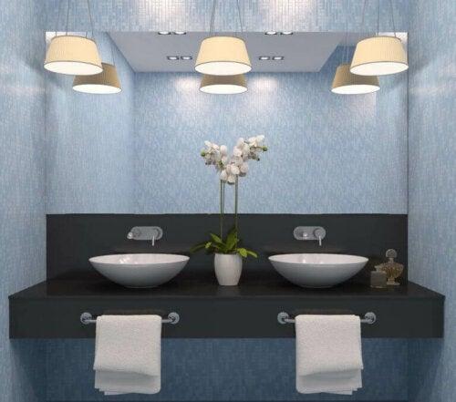 hvor du bør placere lamper på et badeværelse