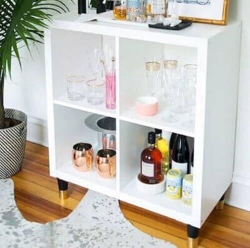 Minibar lavet af KALLAX-reoler fra IKEA