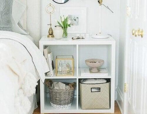 Natbord lavet af små hylder