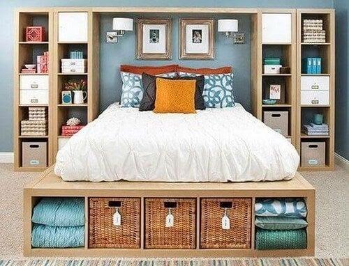 Soveværelse lavet af KALLAX-reoler fra IKEA