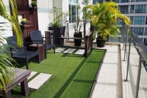 Grüner Minigarten auf einem Balkon in der Stadt