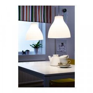 Zwei Melodie Lampen über einem Tisch