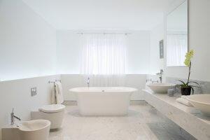 Sauberes Badezimmer in weiß