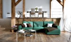 Helles Wohnzimmer mit einer grünen Couch