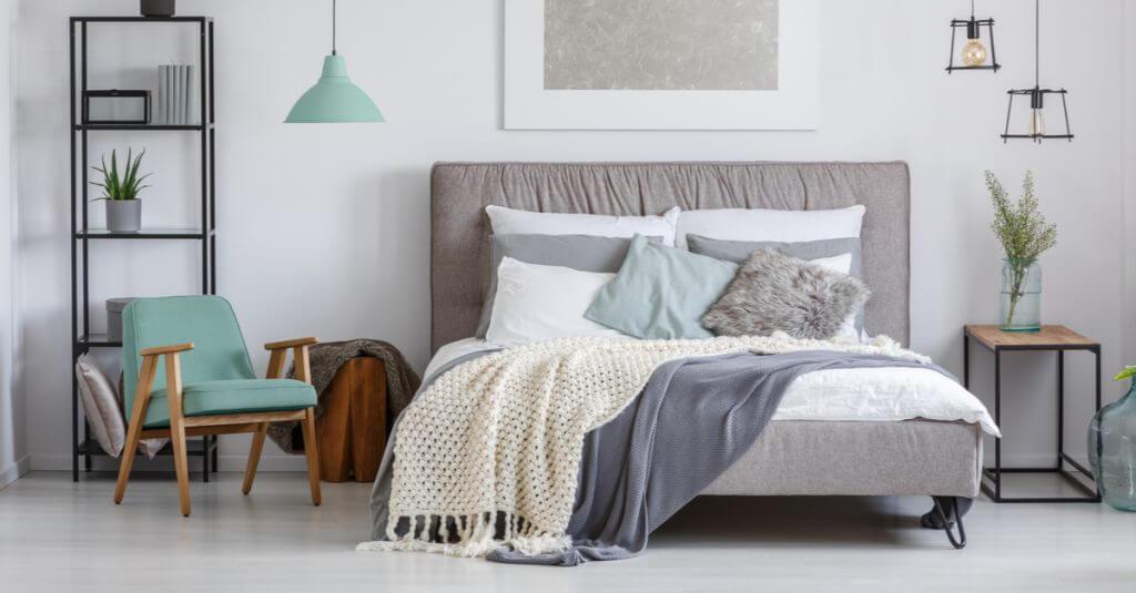 Gemütlich gemachtes Bett