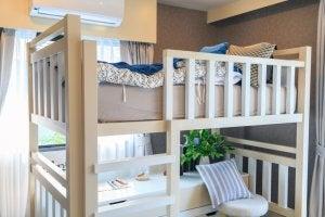 Etagenbett mit Platz zum Lernen