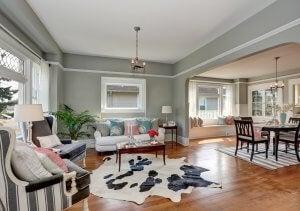 Wohnzimmer mit multifunktionalen Möbeln