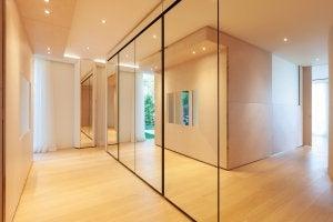 Große Spiegelwand im Hausflur