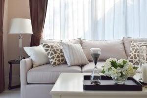 Beiges Sofa mit vielen passenden Kissen