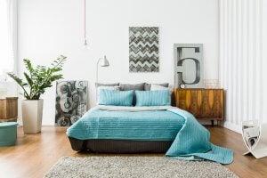 Bett mit türkisfarbener Tagesdecke