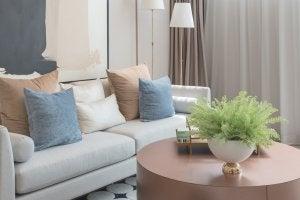 Kissen, die zur Mitte des Sofas hin kleiner werden
