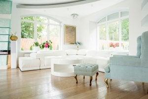Helles Wohnzimmer mit hochwertigen Möbeln