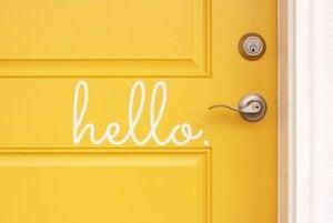 """Gelbe Tür mit Aufschrift """"hello"""""""