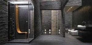 Großes dunkles Badezimmer